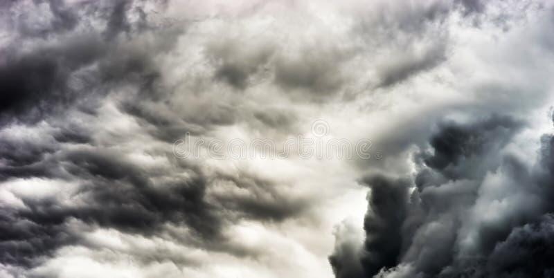 Drastisches dunkles cloudscape bewölkter Hintergrund lizenzfreie stockfotografie