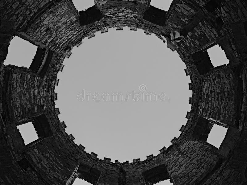 Drastisches Schwarzweiss-Foto mit Detail von Turmruinen der Mühle Windsor in Ceske-stredohori Region nahe dem Dorf Sirejovi lizenzfreies stockfoto