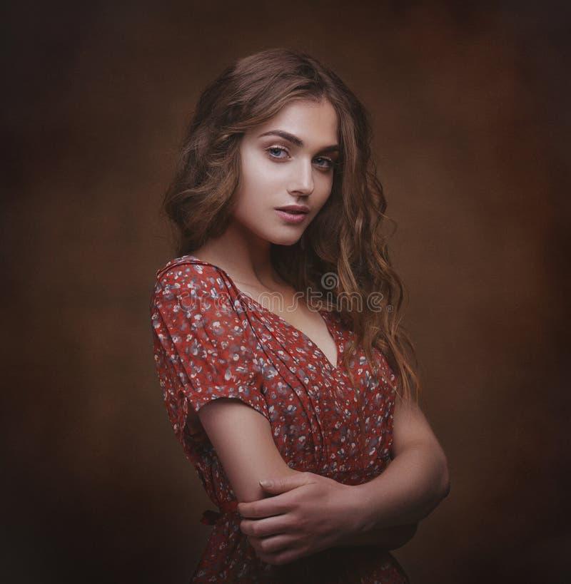 Drastisches Studioporträt eines jungen schönen Brunettefrauenesprits lizenzfreie stockbilder