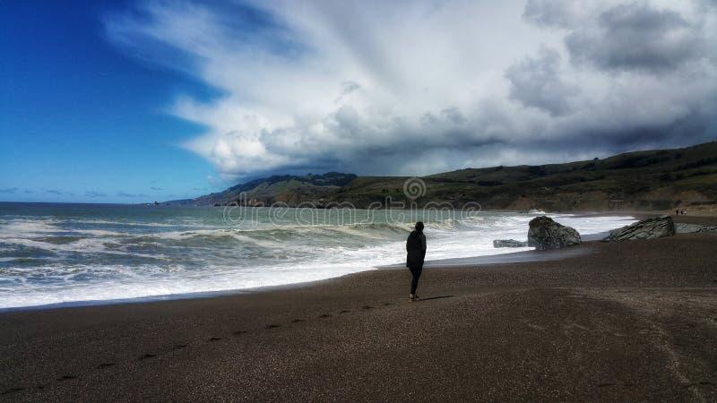 Drastisches Sturm-Gehen in Einsamkeit lizenzfreie stockfotos