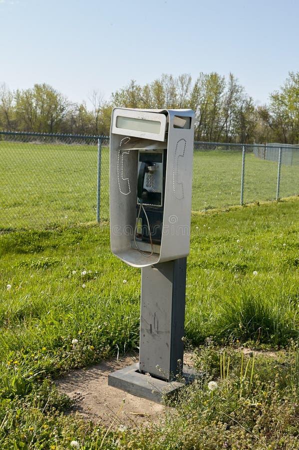 Draußen freistehende Telefonzelle auf einem Gebiet stockfotos