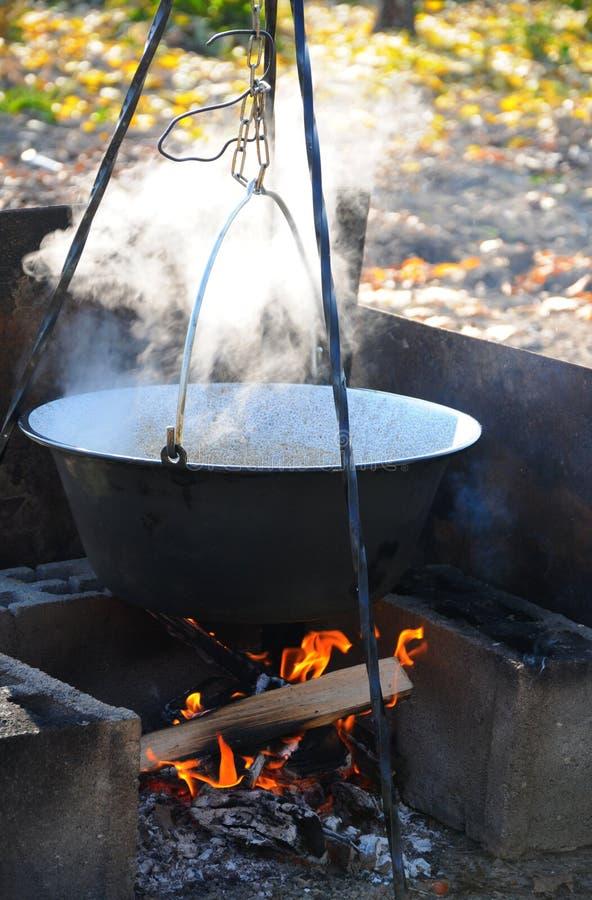 Draußen Kochen Im Gusseisengroßen Kessel Stockbild - Bild von kochen ...