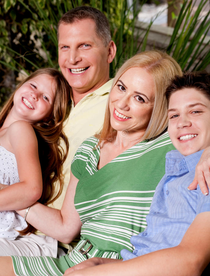 Draußen lächelnde Familie stockbild