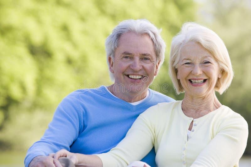 Draußen lächelnde Paare stockbild