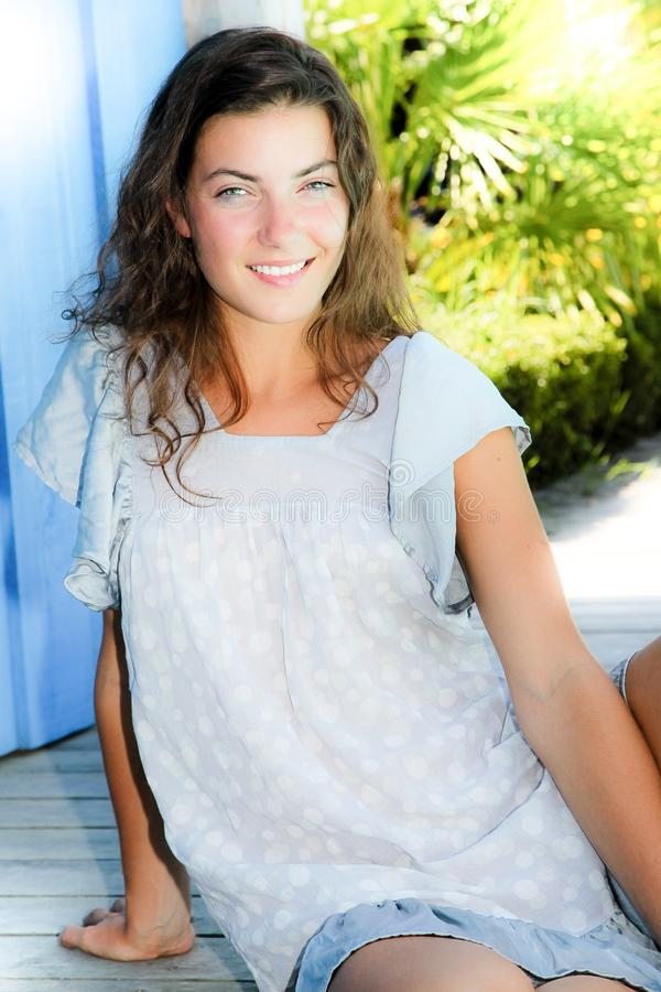 Draußen Porträt der schönen jungen Brunettefrau, die Kamera betrachtet lizenzfreie stockbilder