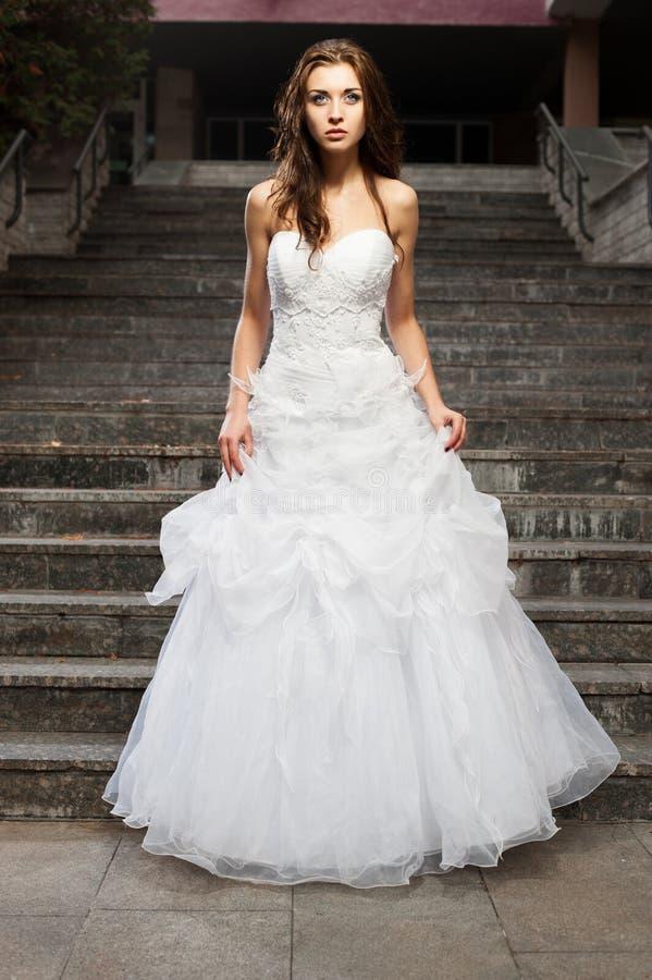 Schöne junge Frau im Hochzeitskleid lizenzfreies stockbild