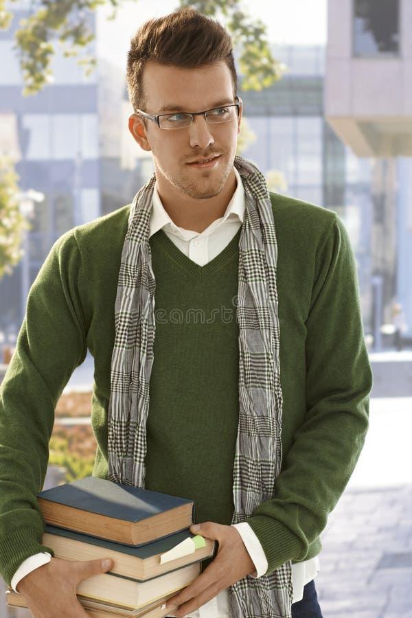 Draußen Porträt des männlichen Studenten mit Büchern lizenzfreie stockfotografie