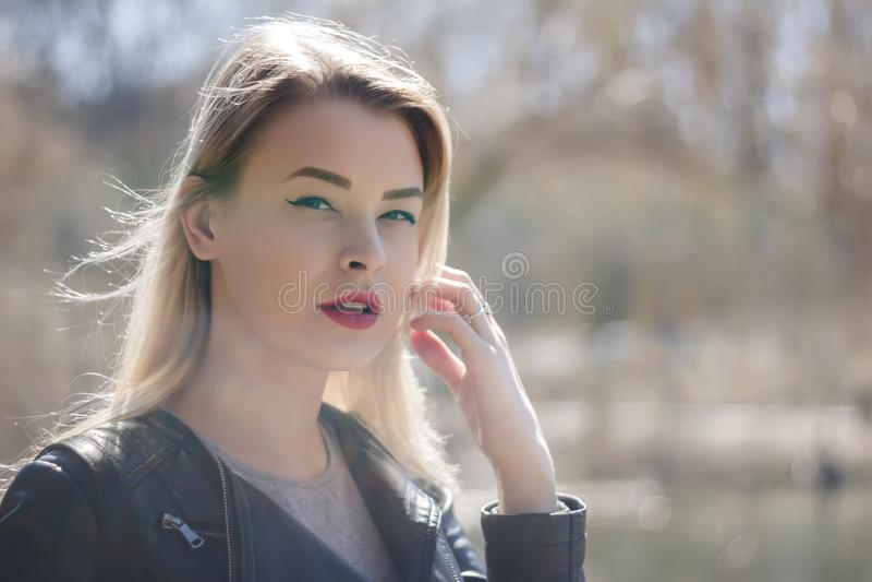 Draußen Porträt des schönen jungen Brunettemädchens Frauenlächeln glücklich am sonnigen Sommer- oder Frühlingstag draußen auf Sta stockbild