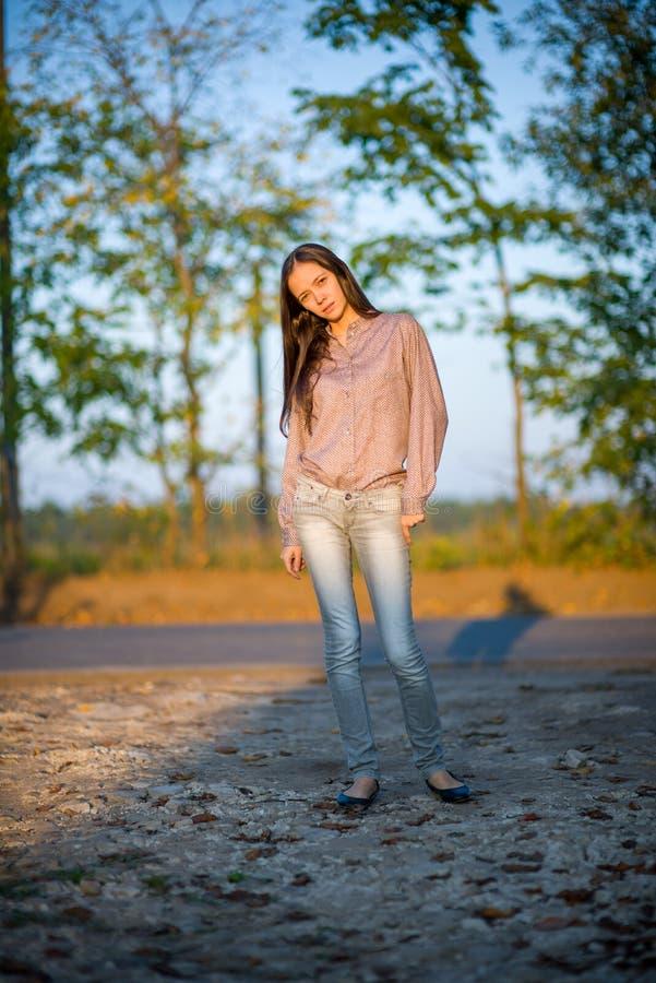 Draußen Porträt des schönen Mädchens lizenzfreie stockfotografie