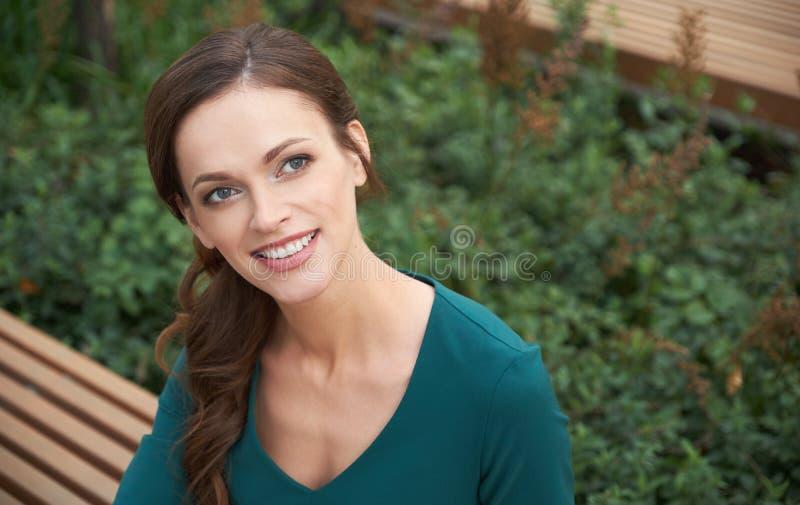 Draußen Porträt einer hübschen Frau lizenzfreie stockbilder