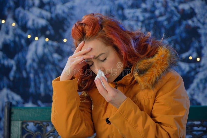 Draußen Porträt von kranken Kälten der jungen Frau, Grippe, Fieber stockbilder