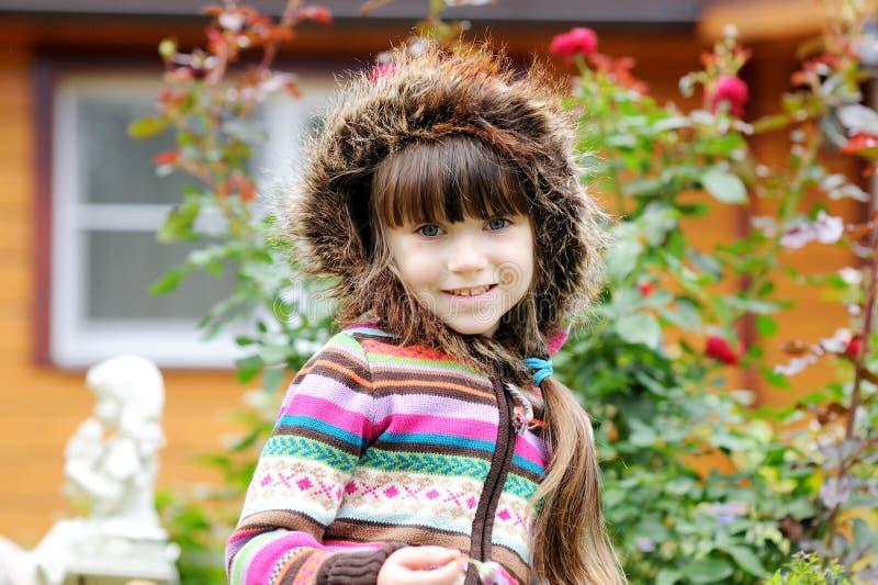 Draußen Portrait des entzückenden Kindmädchens in der Haube lizenzfreie stockbilder