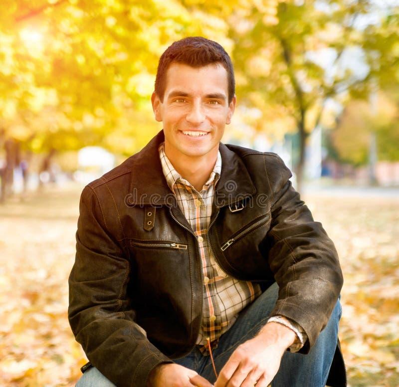 Draußen Portrait des glücklichen jungen Mannes lizenzfreies stockbild