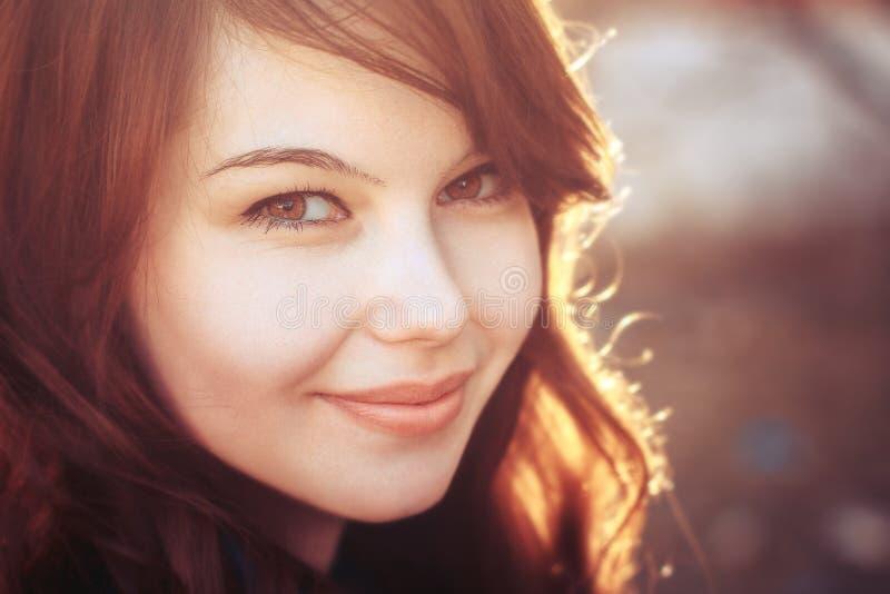 Draußen Straßenporträt des schönen jungen Brunette lizenzfreie stockfotografie