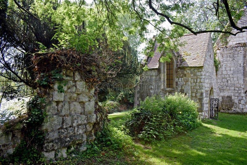 Draußen von den Ruinen einer englischen Kirche lizenzfreie stockfotos