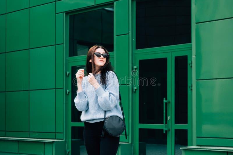 Drau?en Portr?t des sch?nen jungen Brunettem?dchens Jugendzaubermädchen mit der Sonnenbrille, welche die modische Ausstattung auf lizenzfreies stockbild
