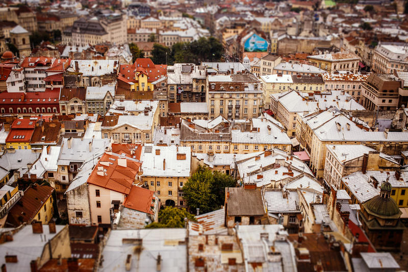 Draufsicht über bunte Dächer und Häuser der alten europäischen Stadt von Lvov lizenzfreies stockfoto