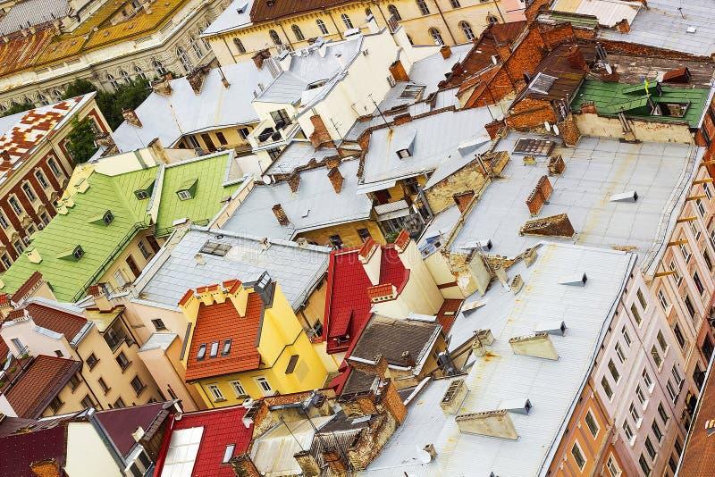 Draufsicht über bunte Dächer und Häuser von Lvov, Ukraine lizenzfreie stockfotografie