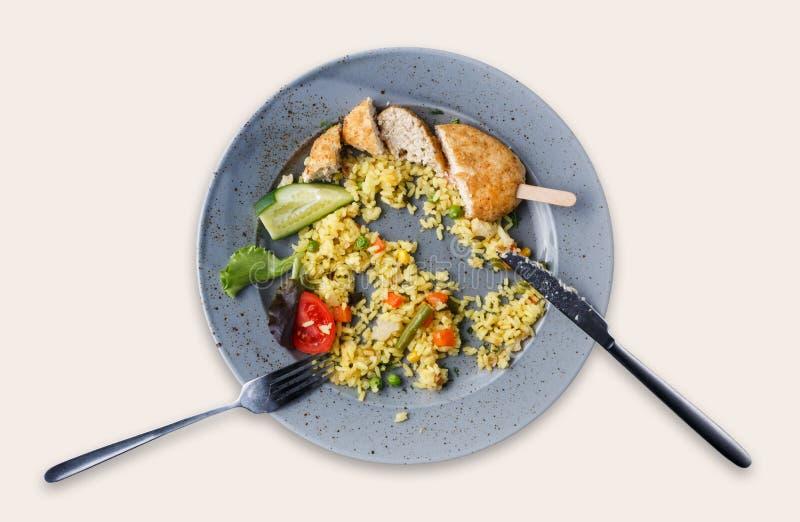 Draufsicht über den Reis und Hühnerkotelett, lokalisiert über weißem Hintergrund lizenzfreie stockfotos