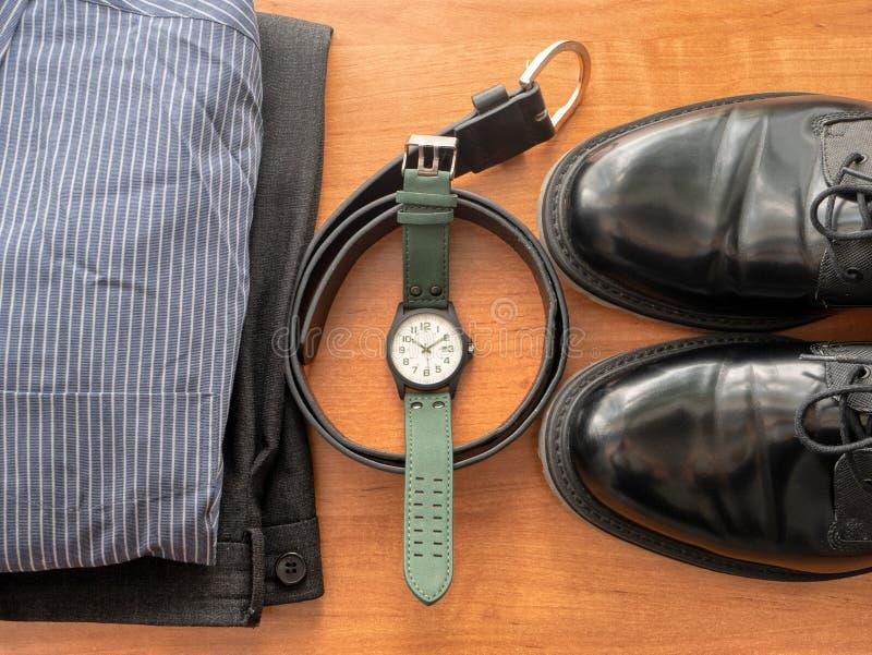 Draufsicht über Geschäftsmannkleidungssatz - Hosen, Hemd, Paar schwarze Schuhe, Armbanduhr und Ledergürtel lizenzfreie stockfotografie