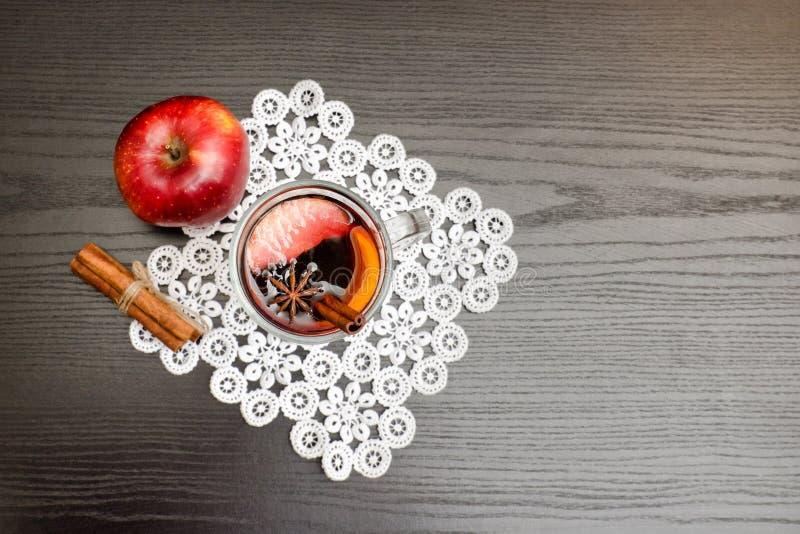 Draufsicht über Glühwein mit Gewürzen Zimtstangen und Apfel stockfotografie