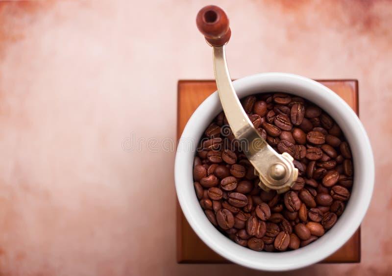 Draufsicht über Kaffeemühle und Weinlesepapier stockfoto