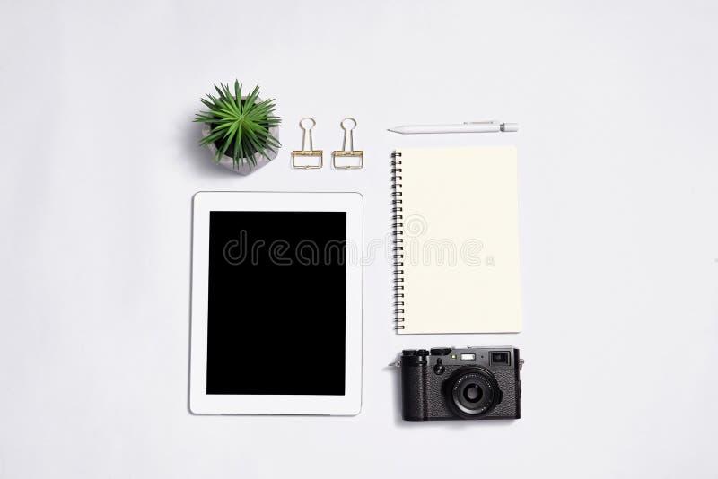 Draufsicht über Kamera, Notizblock mit Stift und lapto des leeren Bildschirms auf whi stockfoto
