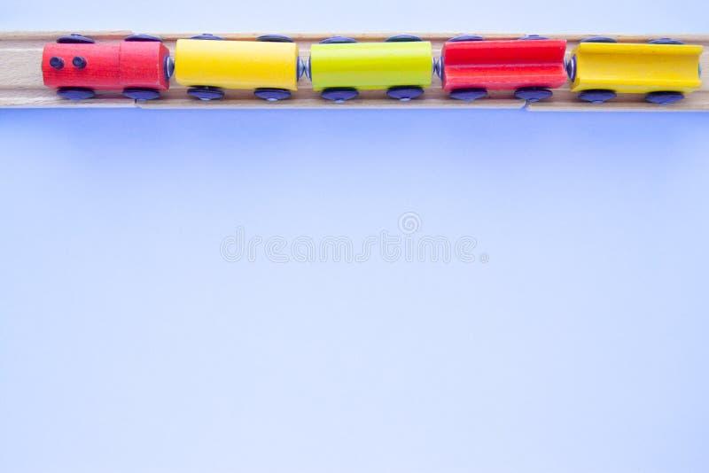 Draufsicht über Mehrfarbenkinder spielen Schienenfahrzeugziegelsteine auf hölzernem blauem Bahnhintergrund Copyspase Flache Lage  lizenzfreies stockbild