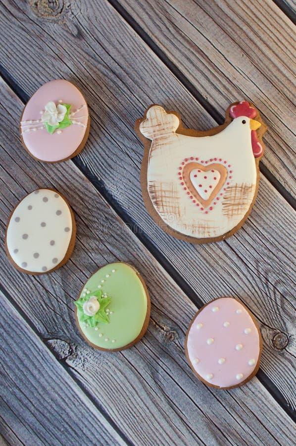 Draufsicht über nette Ostern-Lebkuchenplätzchen in Form der Henne und der Eier stockbilder