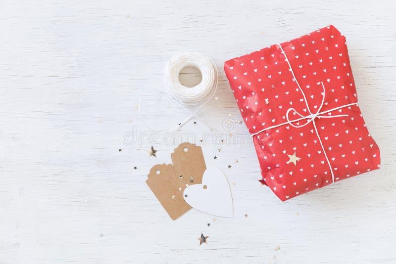Draufsicht über nettes Feiergeschenk mit Band und Umbauten Eingewickeltes Geschenk für Weihnachten, Geburtstag oder irgendeine Pa lizenzfreie stockbilder