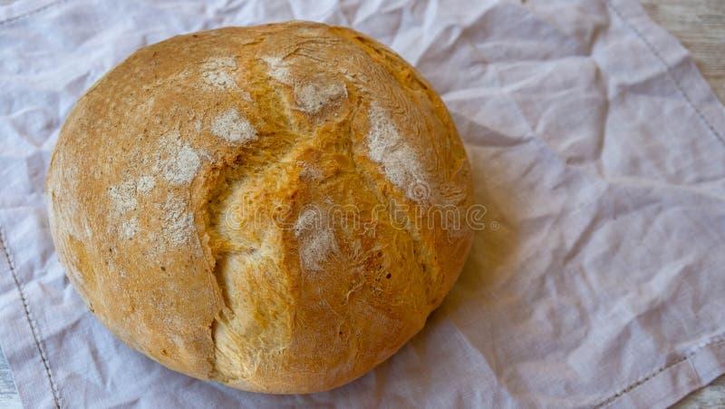 Draufsicht über rustikales Brot auf einer natürlichen Leinenserviette stockbild