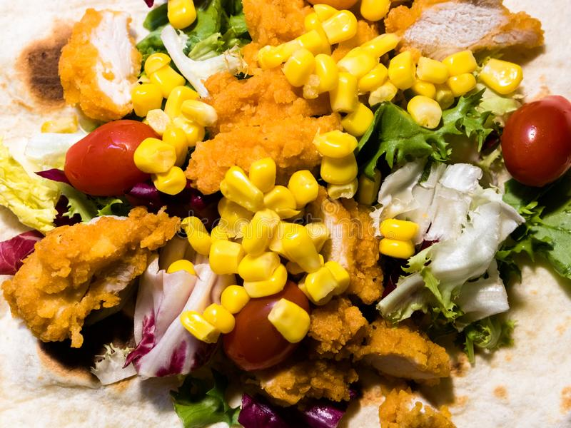 Draufsicht über selbst gemachte Hühner- und Gemüsetortilla lizenzfreie stockbilder