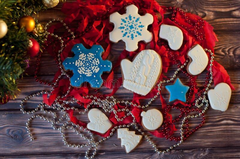 Draufsicht über unterschiedliches Weihnachten verzierte Lebkuchenplätzchen lizenzfreie stockbilder