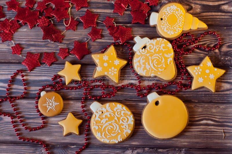 Draufsicht über verzierte Weihnachtslebkuchenplätzchen auf Holztisch lizenzfreie stockbilder