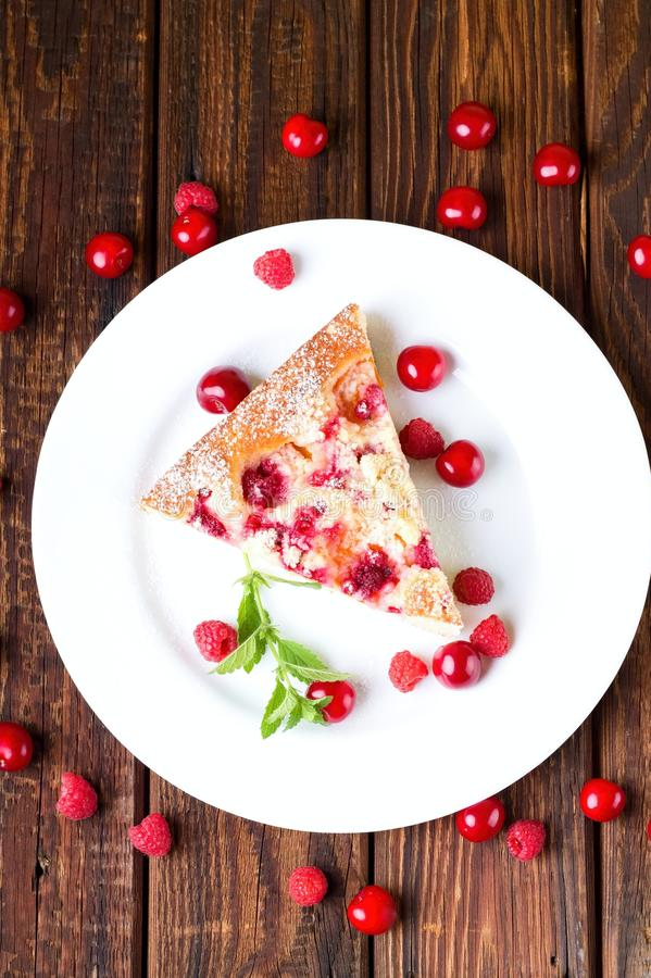 Draufsicht über weiße Platte mit Torte der frischen Frucht lizenzfreie stockfotos