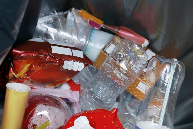 Draufsicht Abfall, Abfall-Dump, Kunststoffflaschenabfall im Papierkorb, Stapel der Abfall-überschüssigen Plastikflasche und Tasch stockfotografie