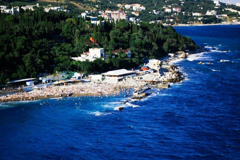 Draufsicht, Ansicht der Schwarzmeerküste während eines Sturmstrandes voll von Touristen und Abfall Touristischer Bereich lizenzfreie stockfotografie