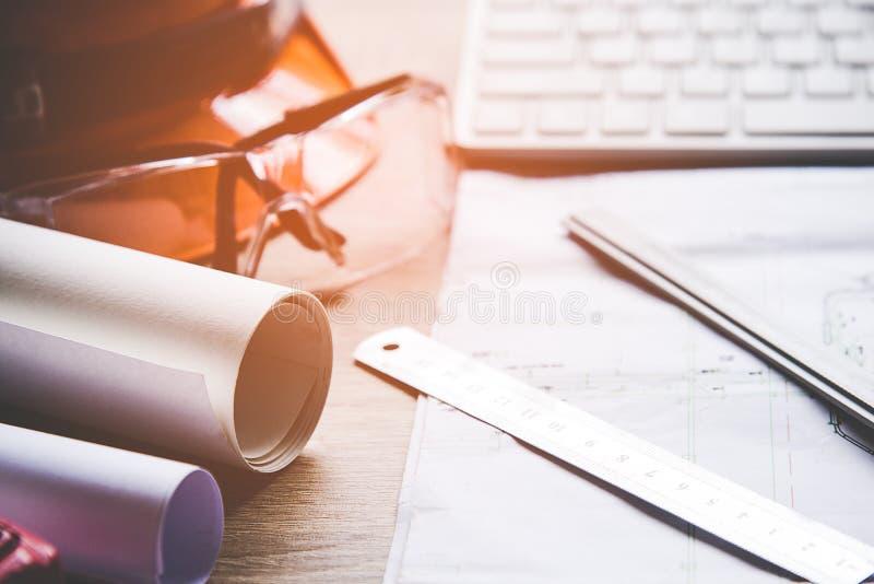 Draufsicht-Architekt, der an Plan arbeitet Architektenarbeitsplatz Ingenieurwerkzeuge und Sicherheitsüberwachung, stockfoto