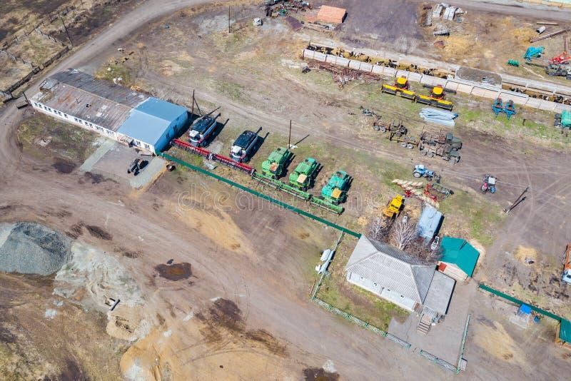 Draufsicht ?ber landwirtschaftliche Maschinerie nahe dem Hangar im Dorf f?r das Pflanzen und das Ernten Traktor, Pflug, M?hdresch lizenzfreie stockfotos