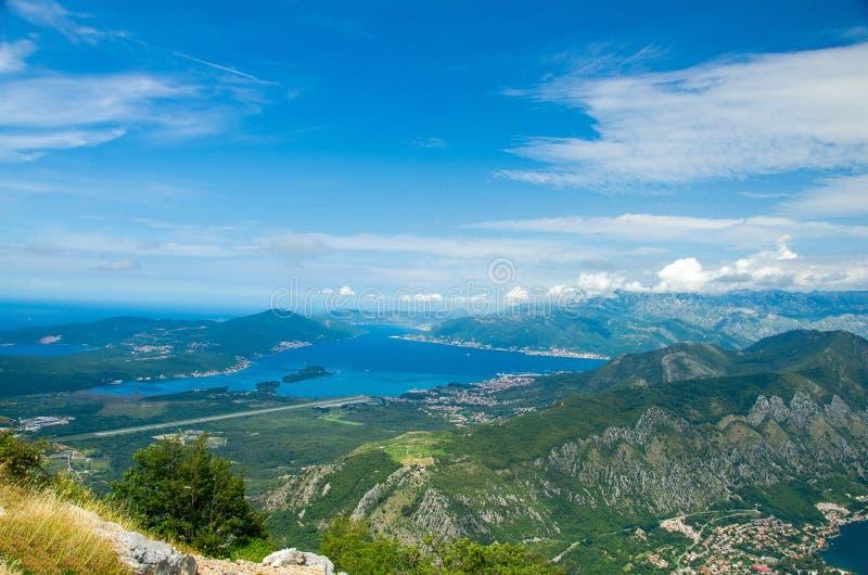 Draufsicht Boka Kotor von Bucht und von Tivat von Lovcen-Berg, Monte lizenzfreies stockfoto