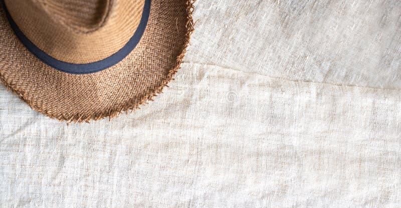 Draufsicht braunen Panama-Strohhutes des Sommers auf Leinenstoff kleines Auto auf Dublin-Stadtkarte Kopieren Sie Raum f?r das Add stockbild