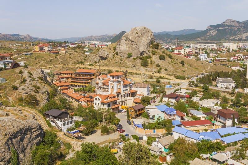 Draufsicht der alten Küstenstadt in einem Berggebiet krim lizenzfreie stockfotos