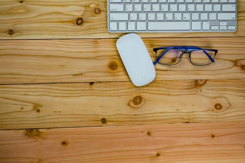 Draufsicht der Arbeitsschreibtischtabelle mit keybord, Maus, Glas lizenzfreies stockfoto