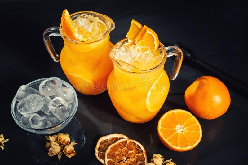 Draufsicht der Auffrischung und des köstlichen Zitrusfruchtwassers mit Minze und Orangen Limonadendetails stockfotografie