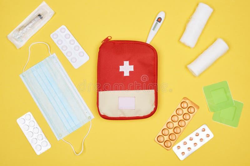 Draufsicht der Ausrüstung der ersten Hilfe mit verschiedener Medizin lizenzfreie stockfotos