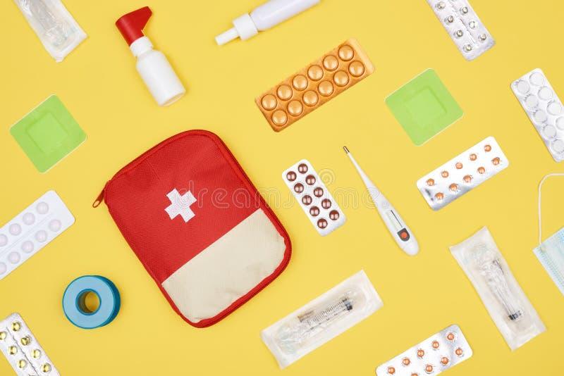 Draufsicht der Ausrüstung der ersten Hilfe mit verschiedener Medizin lizenzfreies stockfoto