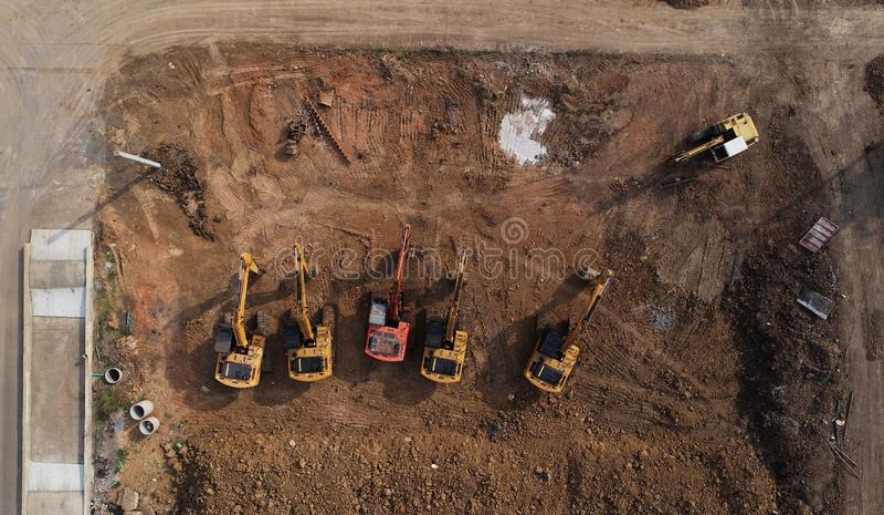 Draufsicht der Baustelle mit Gruppe Bagger stockbilder