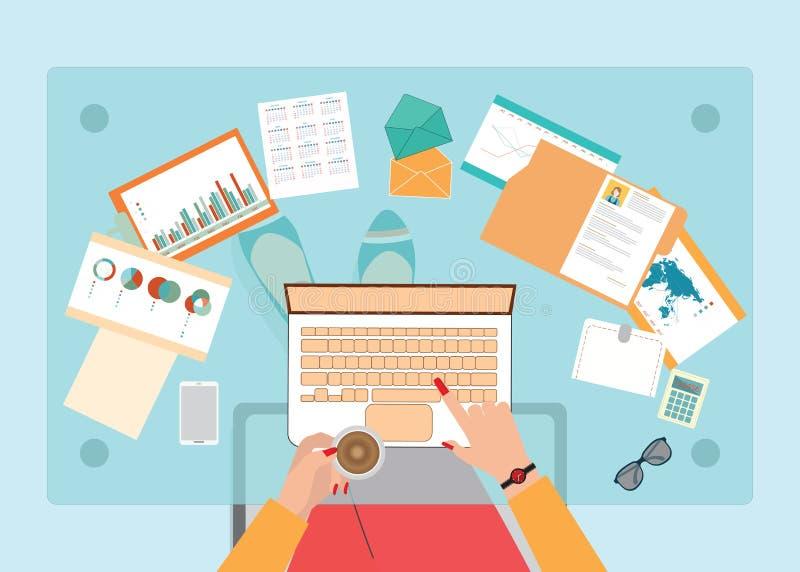 Draufsicht der beschäftigten Geschäftsfrau, die stark an ihrem Schreibtisch arbeitet stock abbildung