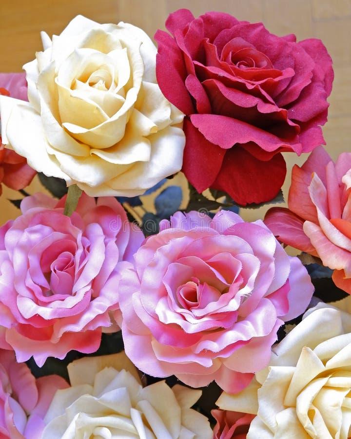 Draufsicht der bunten gef?lschten rosafarbenen Blumen stockbild