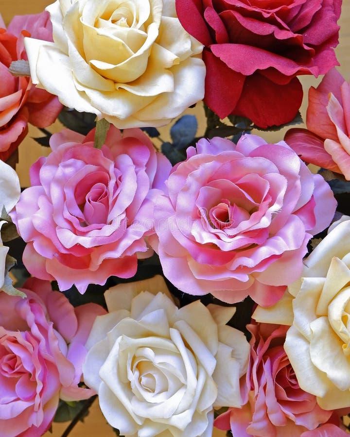 Draufsicht der bunten gef?lschten rosafarbenen Blumen lizenzfreie stockfotografie